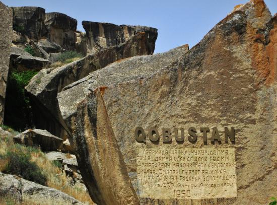 لمس زیبایی در بازدید از اثر سنگی و هنری قبوستان باکو