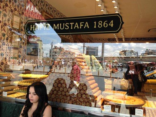 خرید سوغاتی های خوشمزه در کنار بازدیدی تاریخی درقنادی حافظ مصطفی استانبول