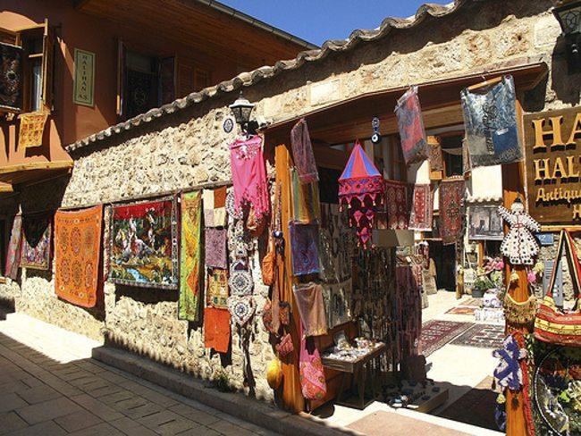 تور آنتالیا - بازار خیابان لورا از محلیترین بازارچههای شهر آنتالیا