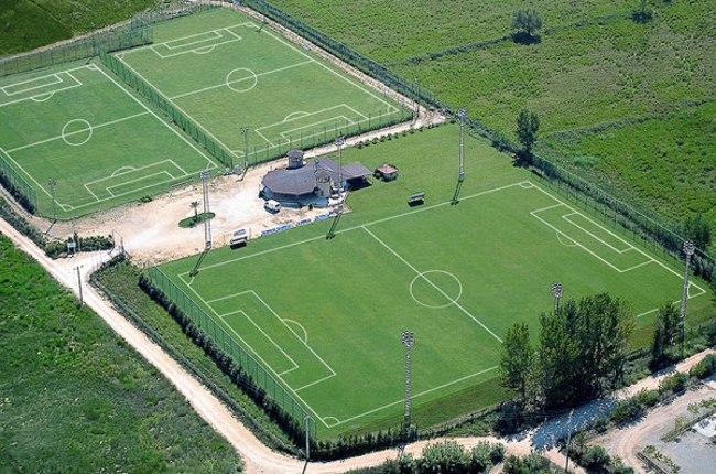 بازی فوتبال در منطقهی جذاب و زیبای بلک با استفاده از زمینهای هموار این منطقه
