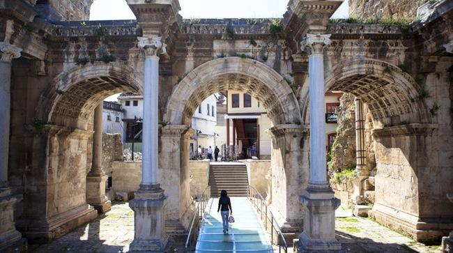 مکان تاریخی گردشگری؛ دروازه هادریان در شهر آنتالیا کشور ترکیه
