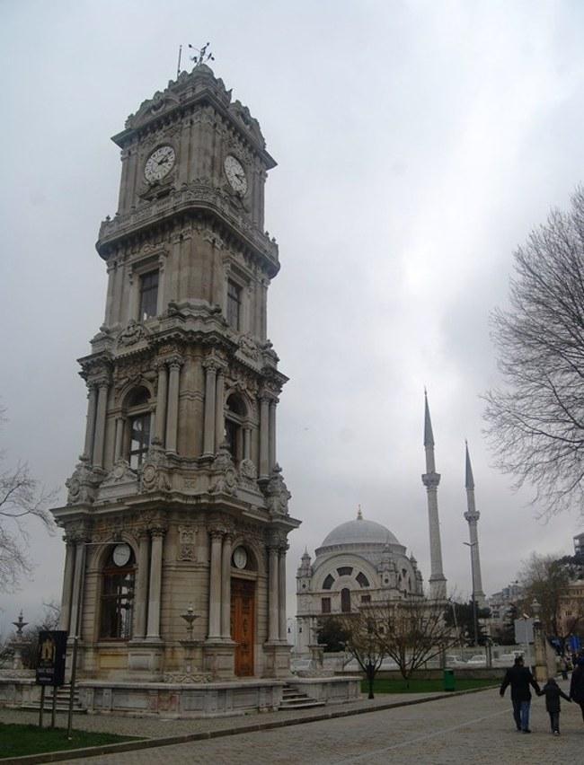 برج ساعت دلمه باغچه استانبول پیش درآمد کاخ دلمه باغچه، بزرگترین و زیباترین قصر دوره حکومت عثمانی