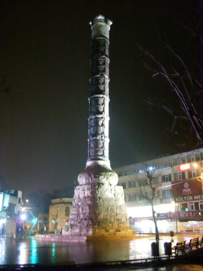 ستون کنستانتین استانبول حامل و نگه دارنده خدایان رومی، مقدسات مسیحی و نماد ترکیه مسلمان
