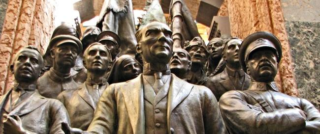 مجسمه یادبود جمهوریت استانبول نمایانگر دو وجه انقلاب ترکیه