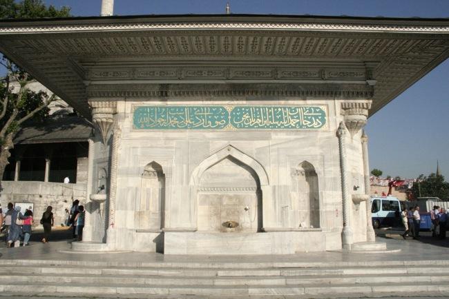 چشمه سلطان احمد سوم در استانبول بنایی بی نظیر در ورودی مسجد ایاصوفیه