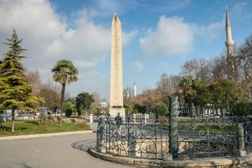 ییلان لی سوتون استانبول نمادی برای پیروزی و اقتدار، ستونی به شکل ماری با سه سر قطع شده