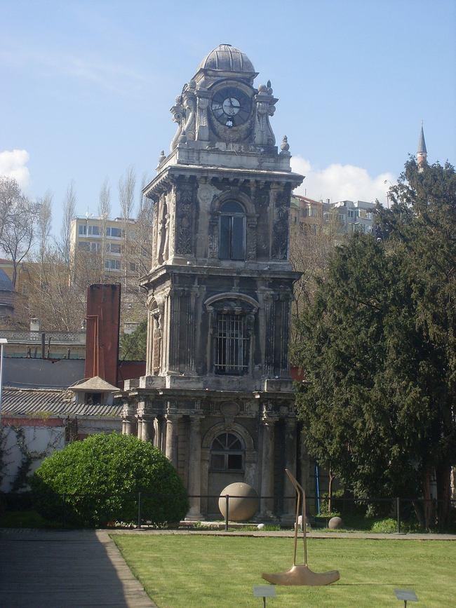 برج ساعت نصرتیه استانبول، ساعتی پیش روی مسجد نصرتیه